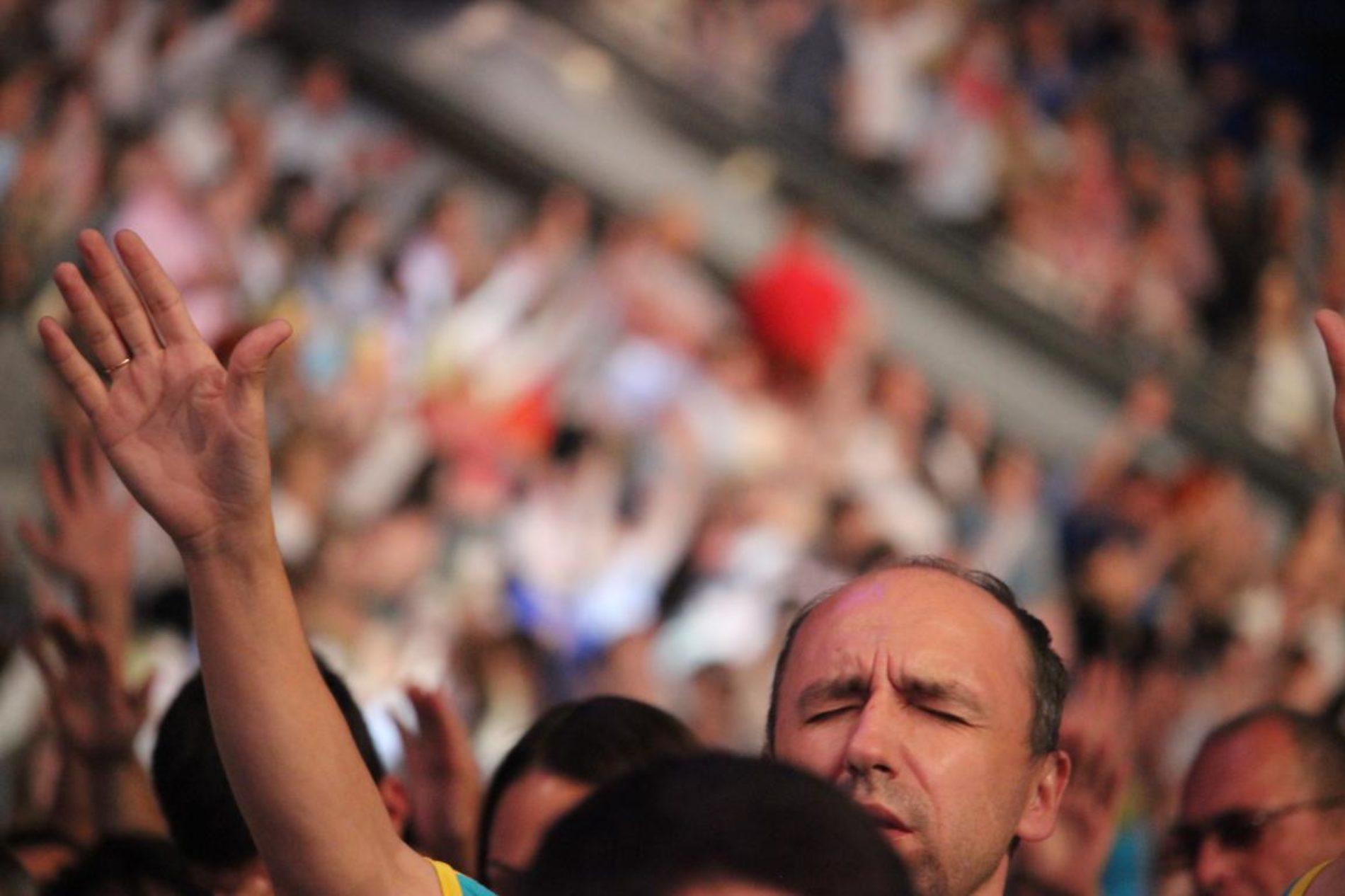 Тисячі християн об'єдналися в молитві за Україну у столичному Палаці Спорту (ФОТО)