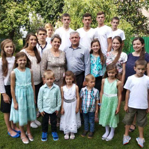 Унікальна історія багатодітної сім'ї Володимира Савочки: як діють Божі благословення у поколіннях